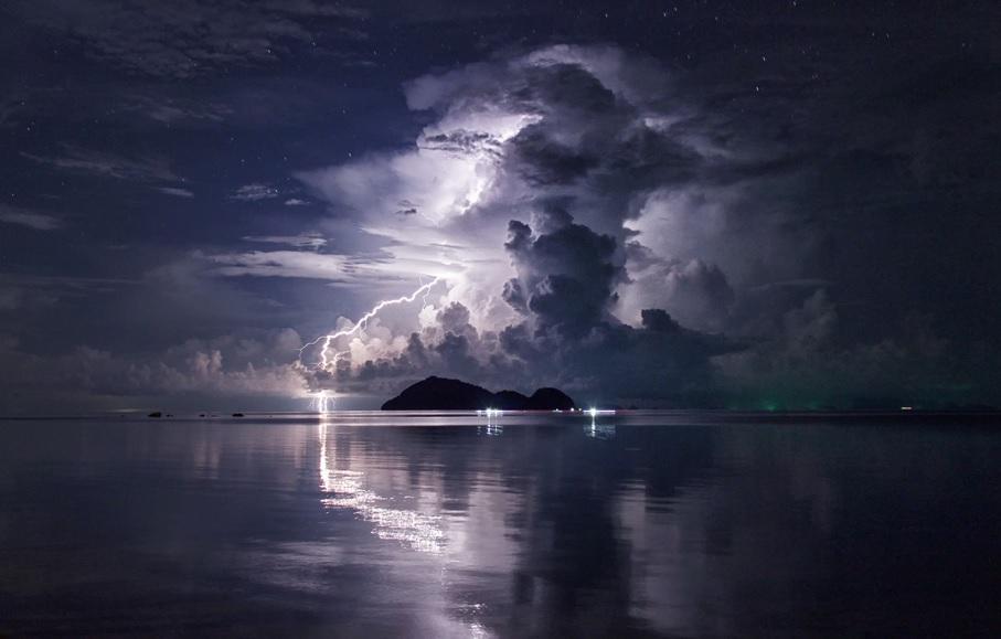 Ύποπτη νύχτα για τον Σαρωνικό,και τα παραθαλάσσια του,εντυπωσιακές αναπτύξεις,τοπικές μπόρες-Καταιγιδες,εξέλιξη Αττικού ουράνιου θόλου εώς το πρωϊνο της Παρασκευής (ισχύει εώς 8 πρωϊνή 24-9-15)
